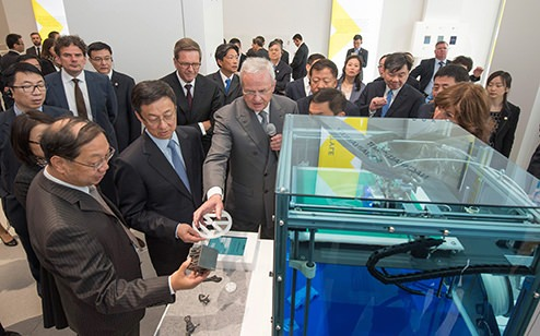 During a tour at the Volkswagen Group Forum DRIVE in Berlin Prof. Dr. Martin Winterkorn, Chairman of the Board of Management of Volkswagen Aktiengesellschaft, explains Han Zheng, Party Secretary of the City of Shanghai and member of the Politburo of the Communist Party of China, the advantages and the use of 3D plastic printing technology in the Volkswagen production.