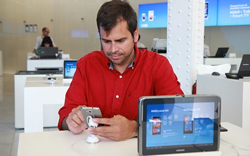 Pablo Barrios, head of Digital Marketing at SEAT, surrounded by a diverse collection of devices.