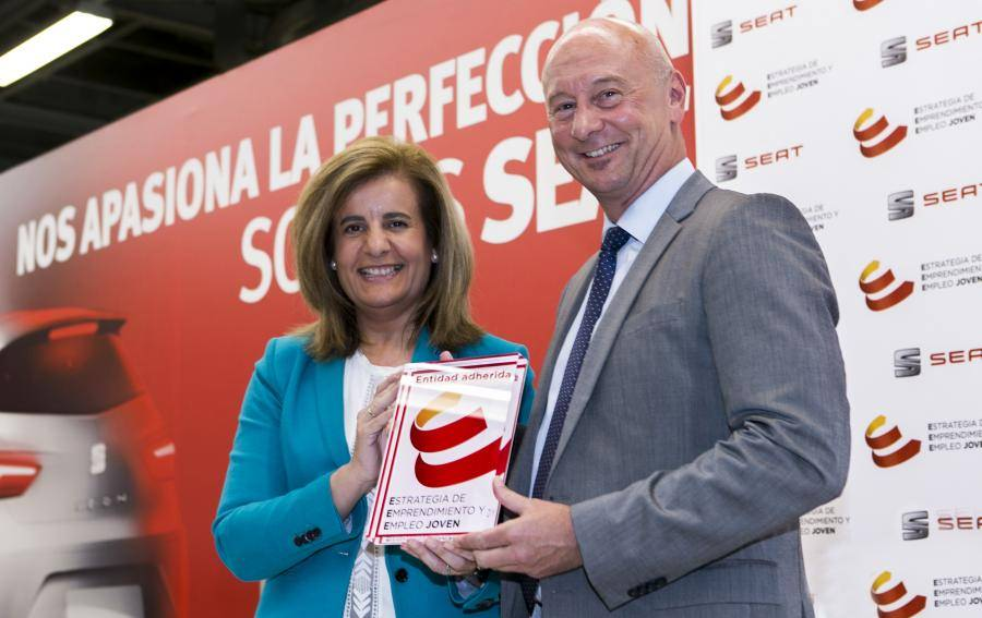 Spanish Minister for Employment and Social Security Fátima Báñez presents a plaque to SEAT Executive Vice-President for Human Resources Josef Schelchshorn in recognition of their commitment to the Strategy for Entrepreneurship and youth Employment.