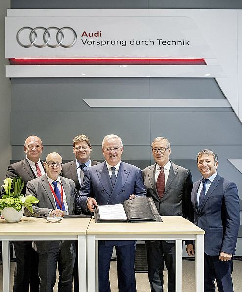 Signing the Charter on Vocational Education and Training (from left): Chairman of the European and Global Works Council, Bernd Osterloh, Secretary General of the Global Works Council, Frank Patta, Head of the Volkswagen Group Academy, Ralph Linde, Chairman of the Board of Management of Volkswagen AG, Prof. Dr. Martin Winterkorn, Board Member for Human Resources, Dr. Horst Neumann, Member of the Works Council, Gerardo Scarpino.
