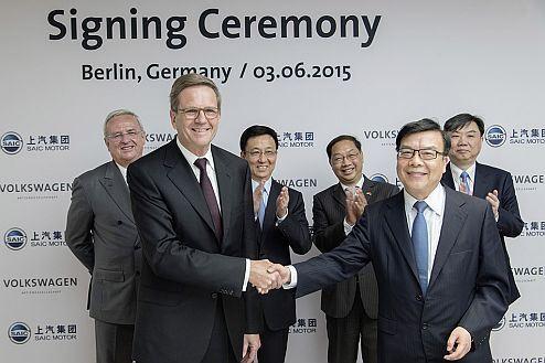Volkswagen signs cooperation agreement in the area of e-mobility research with Chinese joint venture partner SAIC. Prof. Dr. Jochem Heizmann, Mitglied des Vorstands der Volkswagen Aktiengesellschaft sowie Präsident und CEO Volkswagen Group China, und Chen Zhixin, Präsident der SAIC Motor Corporation Ltd., unterzeichnen eine Vereinbarung zur Entwicklung und Produktion von e-Fahrzeugen in China.