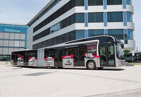 The 18.75-metre long articulated bus has five double-width doors. This door concept, unique on the market, guarantees optimal and rapid passenger flow and short stopping times, even in peak periods.